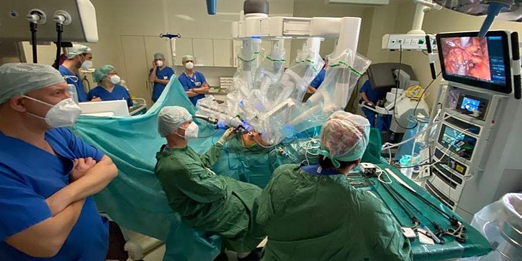 Больница Вальдфриде, медицинское учреждение адвентистов седьмого дня в Берлине, Германия, провела свою первую операцию с помощью роботизированной хирургической системы да Винчи 7 февраля 2021 года. [Фото: Бернд Куосс, больница Вальдфриде]
