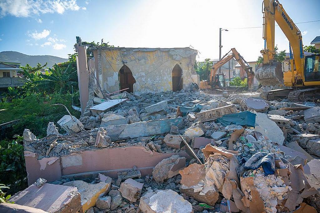 Часть демонтируемой повреждённой церкви в Роуд Таун, Тортола, БВО. [Фото: Джамой Уотсон]