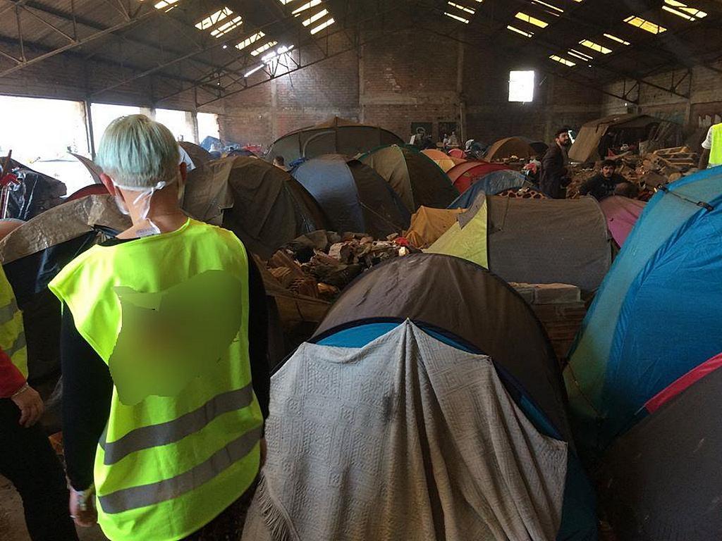 Старый заброшенный склад приютил десятки беженцев недалеко от Дюнкерка, Франция. Местное отделение ADRA помогает другим агентствам в предоставлении основных услуг этой группе. [Фото: ADRA Dunkirk]