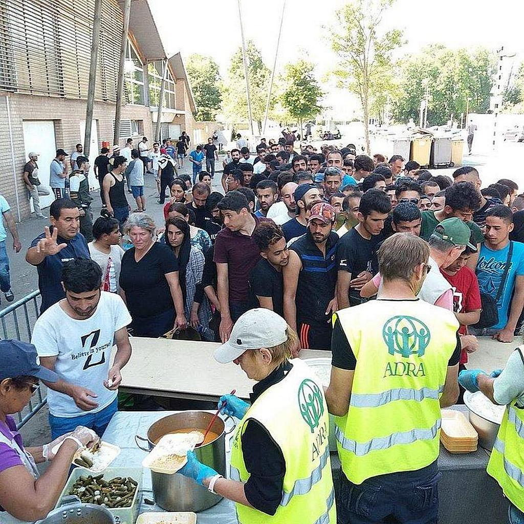 Волонтеры ADRA раздают горячую пищу беженцам, застрявшим у северного побережья Франции по пути в Англию. [Фото: ADRA Dunkirk]