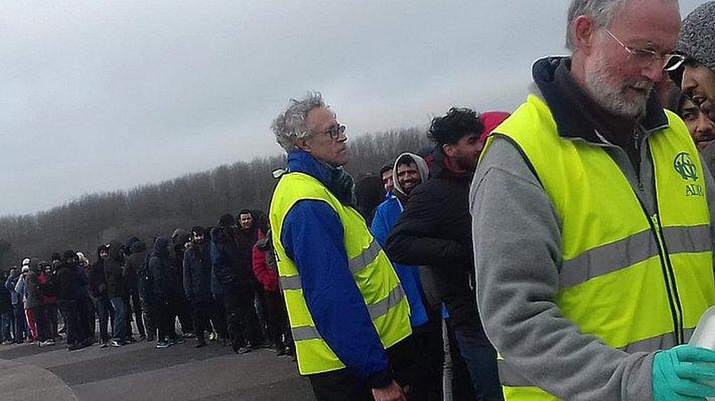 Беженцы на холоде ждут в очереди тарелку с горячей едой, предоставленную Адвентистским Агентством Развития и Помощи (ADRA) в Дюнкерке, Франция. [Фото: ADRA Dunkirk]