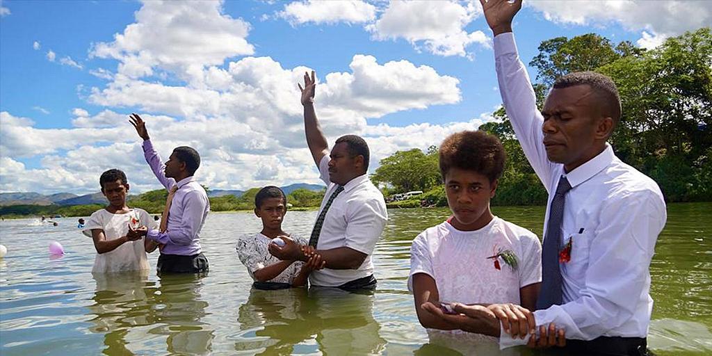 Недавнее крещение в Навоса Хайлендс, Западное Фиджи. [Фото: Adventist Record]