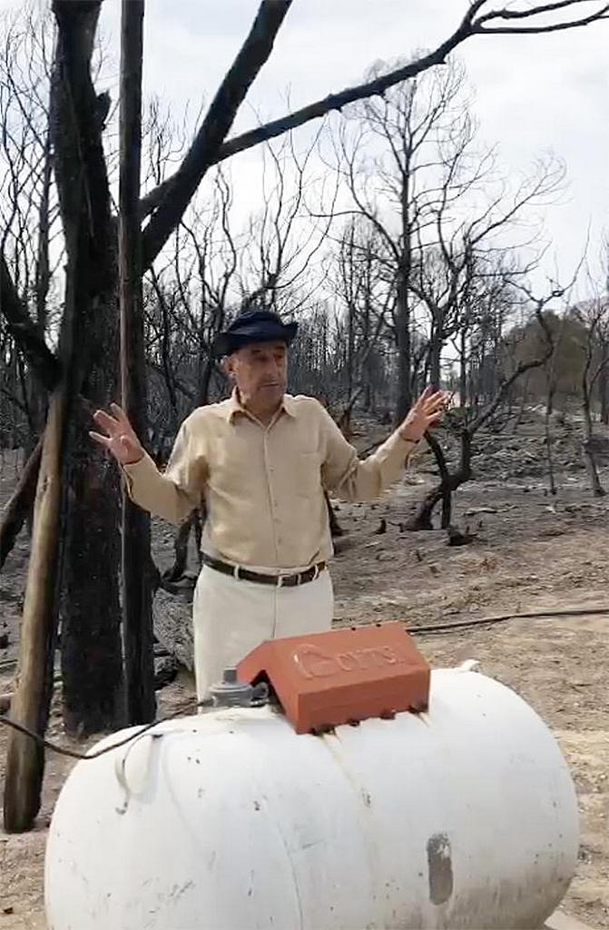 Хуан Анхель Леал, член адвентистской церкви в Сан-Хосе-де-лас-Бокильяс, в Нуэво-Леон, Мексика, стоит перед бензобаком у своего дома, который был спасен от лесного пожара в Восточном регионе Сьерра-Мадре. [Фото: Дэвид Мальдонадо]