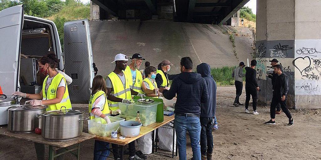 Волонтеры ADRA раздают еду и другие предметы первой необходимости там, где находятся беженцы, часто под мостом на шоссе A16, ведущем в Кале. [Фото: ADRA Dunkirk]
