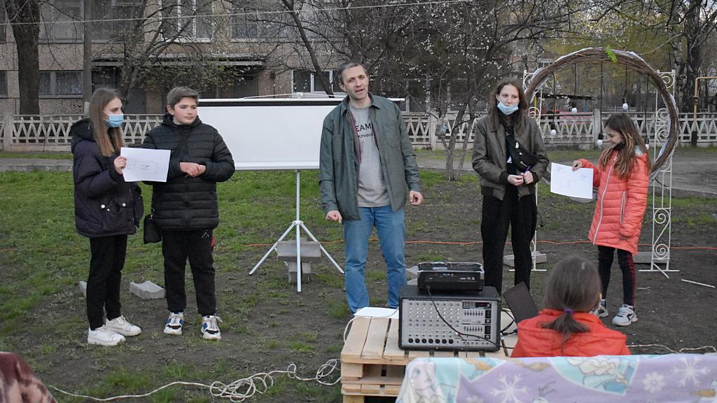 Ведущий Александр Степанюк с ребятами