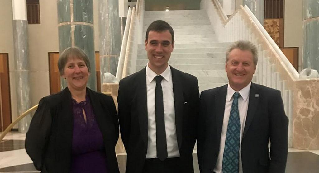 Заместитель национального директора по обеспечению качества адвентистских школ Австралии Джин Картер (слева), Кристиан Стефани (в центре) и Дэрил Мердок (справа) на ужине Форума политики христианских школ 24 мая 2021 года в Канберре, Австралия. [Фото: Adventist Record]