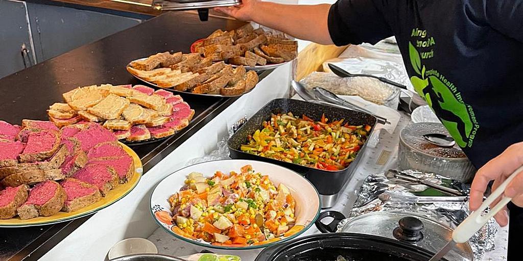 На выпускном обеде программы CHIP были представлены блюда на растительной основе. [Фото: Adventist Record]