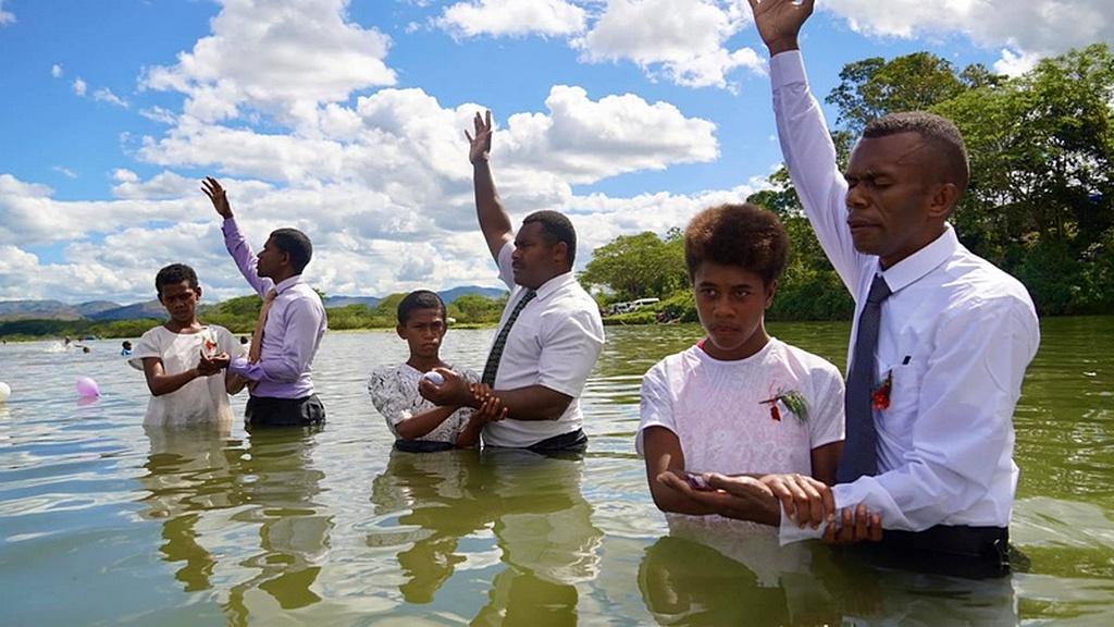 Крещение в Навоса Хайлендс, Западные Фиджи. [Фото любезно предоставлено Adventist Record]