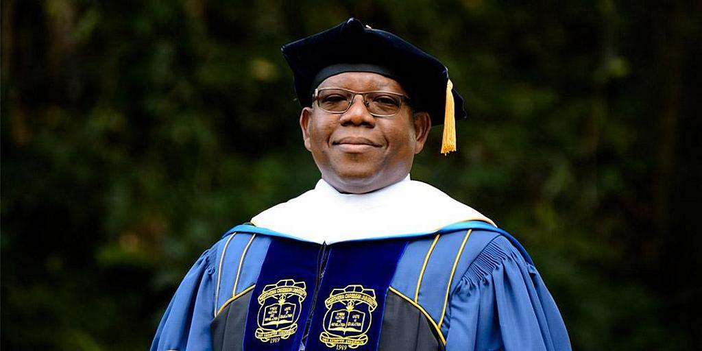 Линкольн П. Эдвардс, президент Северо-Карибского университета в Мандевиле, Ямайка. Публикуемый исследователь и опытный администратор в сфере образования, он недавно был назначен членом Национальной комиссии Ямайки по науке и технологиям. [Фото: Северо-Карибский университет]