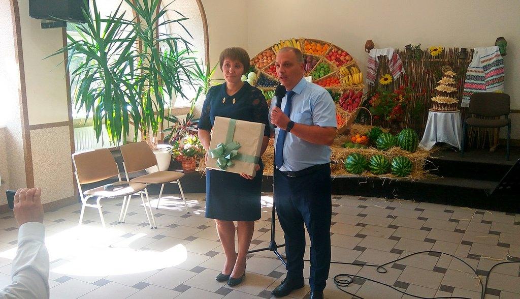 Пасторская семья Симоненко, ведущие программы, дарят церкви на память часы