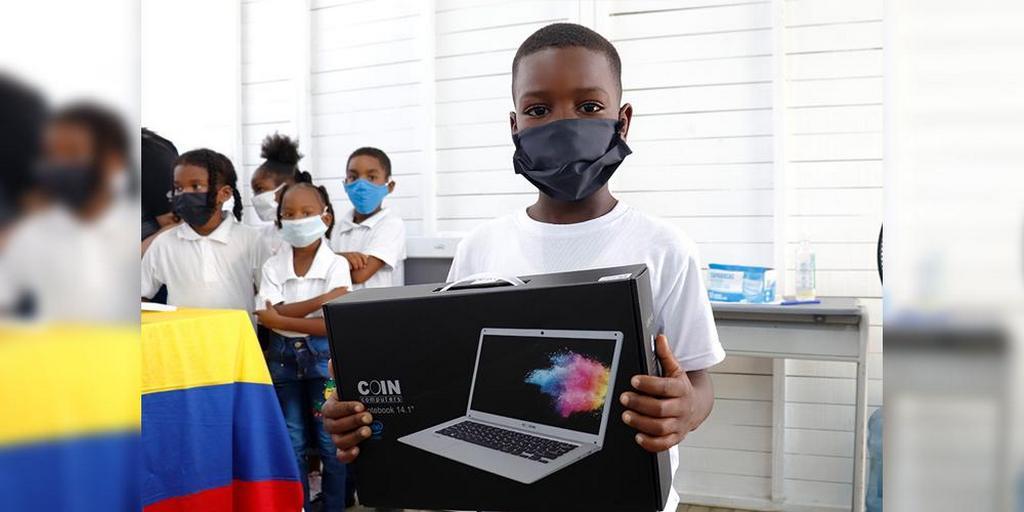 ADRA пожертвовала компьютеры местным школам на Колумбийских островах