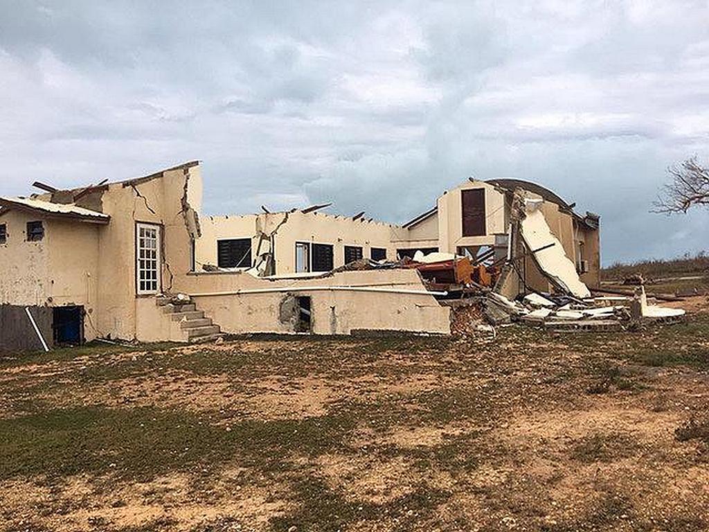 """Останки адвентистской церкви Лонг-Бей после того, как ураган """"Ирма"""" обрушился на остров Ангилья, разрушив церковь, а также дома и другие здания. (Фото: Ройстон Филберт, файл NCC)"""