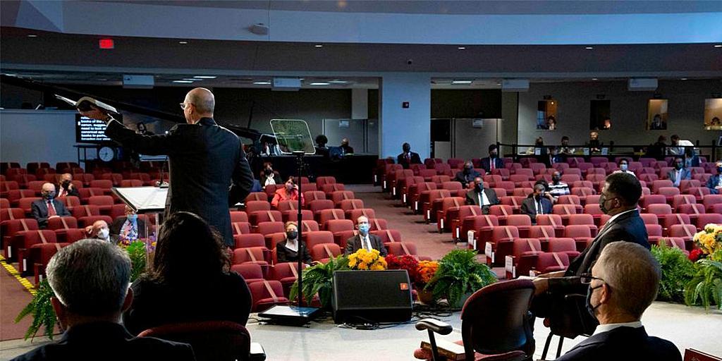 Президент Генеральной конференции Тед Н. К. Вильсон выступает с речью на Годичном Совещании 2021 года в Силвер-Спринг, Мэриленд, США, 9 октября. Из-за ограничений, связанных с пандемией, многие члены Исполнительного комитета Генеральной конференции и приглашенные лица следят за ходом работы сессии 7-13 октября в режиме онлайн. [Фото: Brent Hardinge/Adventist Media Exchange (CC BY 4.0)]
