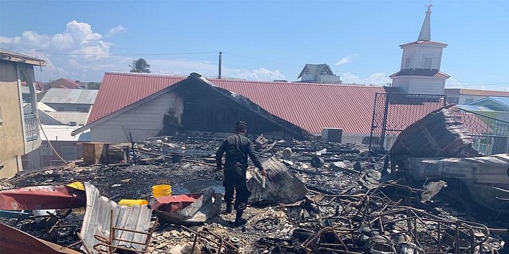 Тридцать членов адвентистской церкви потеряли свои дома после пожара на островах залива Гондураса